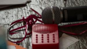 Mikrofon mit Geschenkband und Effektgerät - Titelbild Schall und Raucher