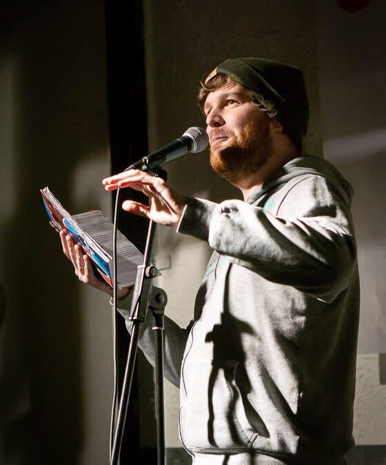 Was ist Poetry Slam? – Definition, Regeln, Geschichte & mehr