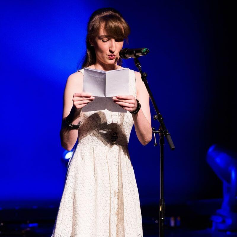 Poetry Slammerin Hanna Flieder auf der Bühne