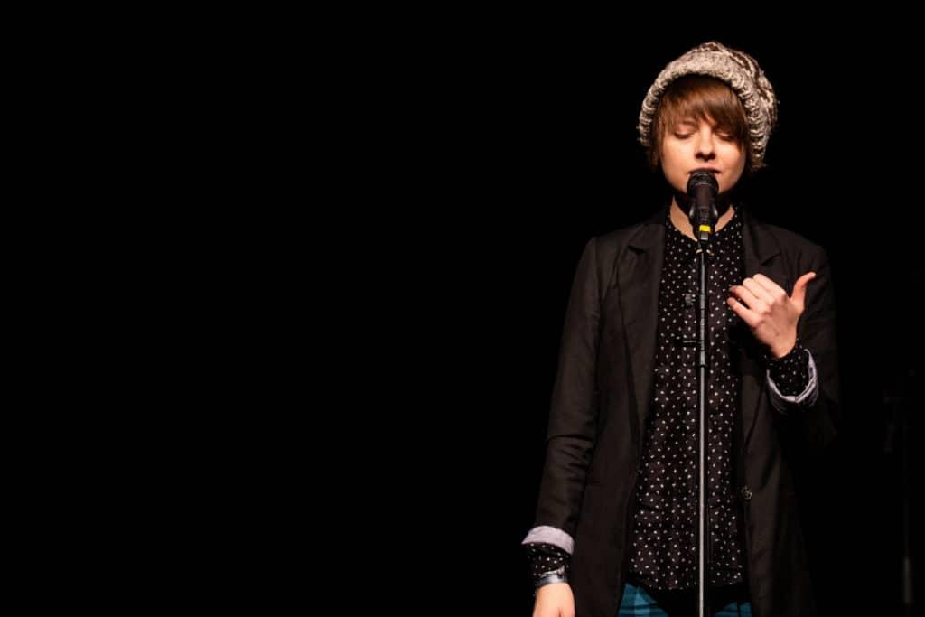 Lyrikerin & Poetry Slammerin Theresa Hahl auf der Bühne beim Poetry Slam