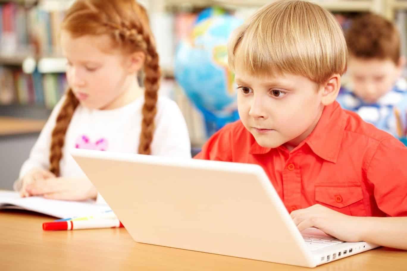 Junge sitzt in der Schule vor dem laptop und guckt Poetry-slam-video - Titelbild besten Texte