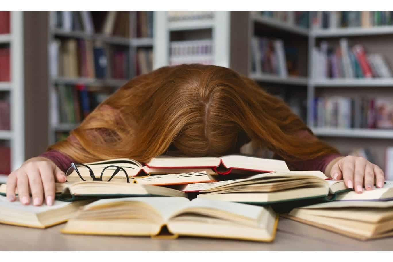 Teenager mit roten Haaren liegt erschöpft auf einem Stapel Büchern - Titelbild zu Slam & Live-Literatur